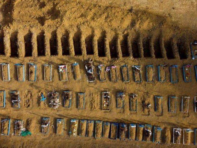 Imagini șocante cu miile de morminte ale morților de coronavirus! Una dintre cele mai afectate țări pierde bătălia cu virusul