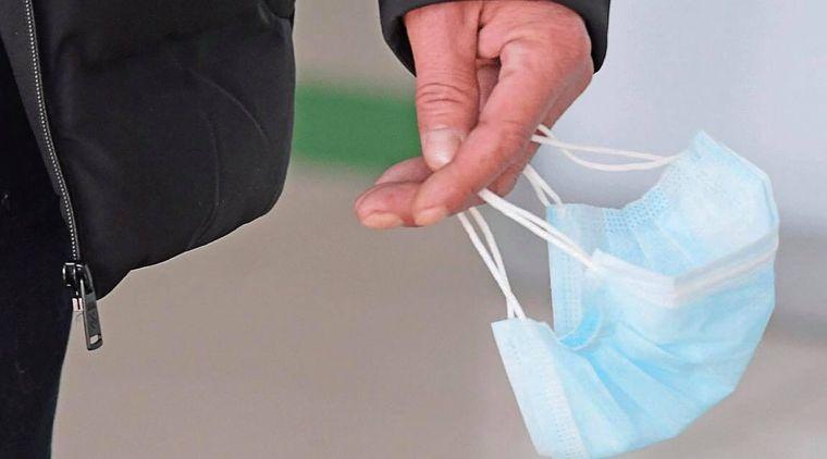 Masca de protecție devine obligatorie pe stradă și în  în județul Iași! Amenzi uriașe pentru cei care n-o poartă