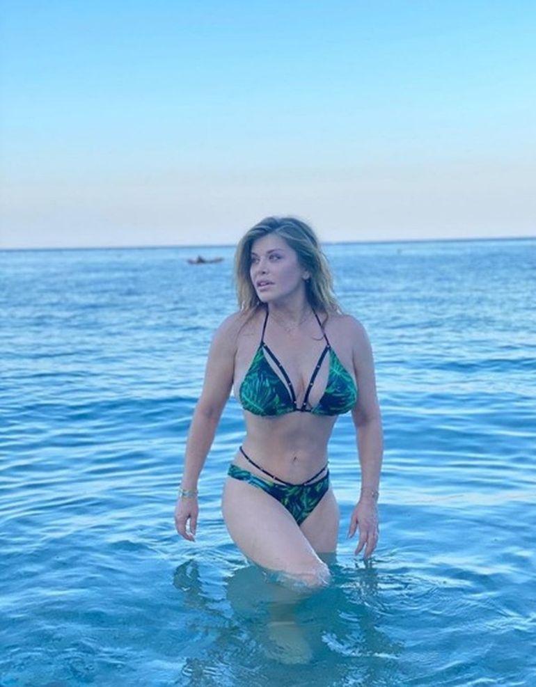 FOTO! Loredana Groza arată demențial în costum de baie! Artista, din ce în ce mai sexy la 50 de ani