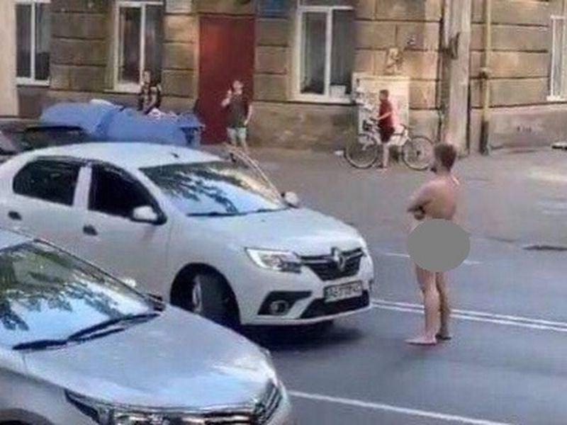 Un bărbat care umbla gol pe stradă a fost pus la pământ