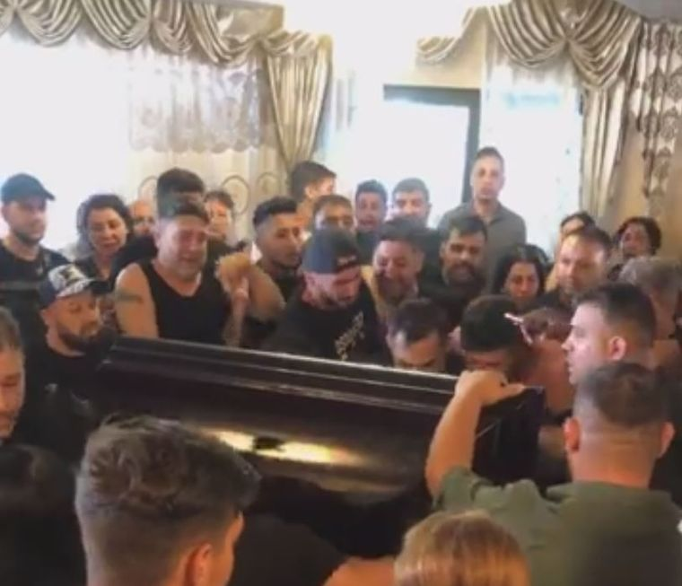 Momentul șocant în care rudele l-au văzut pe Emi Pian în sicriu