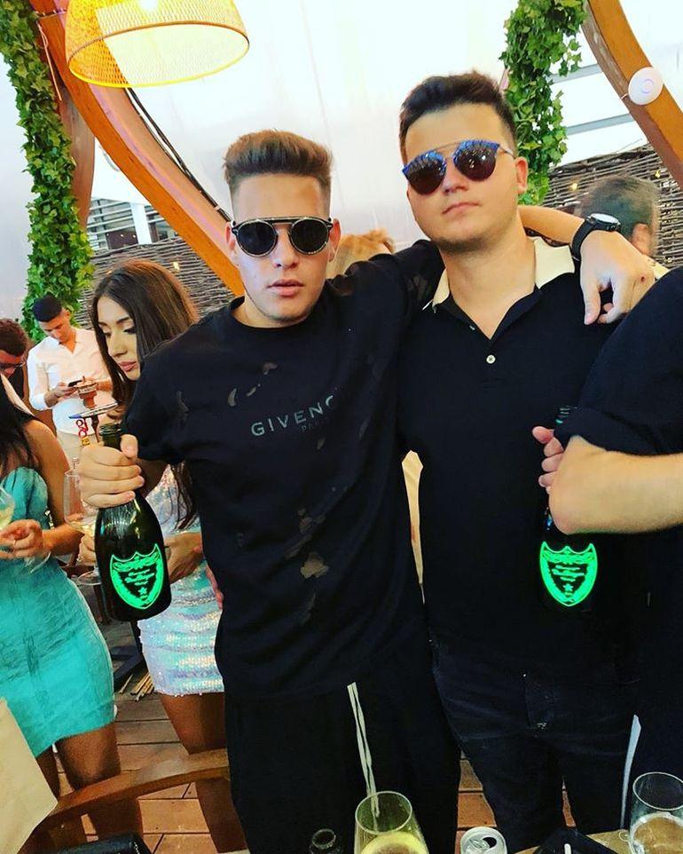 """Fiul minor al lui Cristi Borcea a băut alcool pe terasă, legea fiind încălcată! Cu o sticlă de șampanie în mână, Angelo a spus că se simte """"invincibil""""! FOTO"""