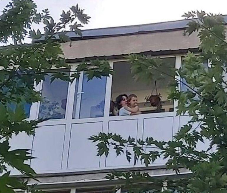Povestea emoționantă a unui polițist care-și salută copilul de la balcon! Omul legii s-a temut că este infectat cu COVID și s-a izolat singur, departe de familie!