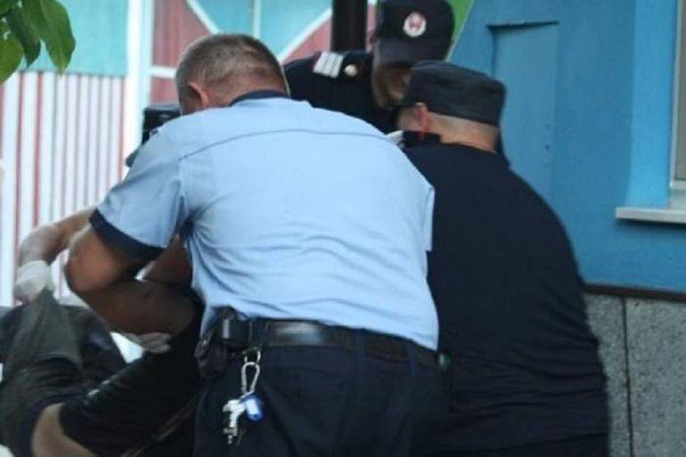 Un hoț de lemne, din județul Gorj, împușcat de polițiști. Bărbatul i-a amenințat cu o sabie pe oamenii legii