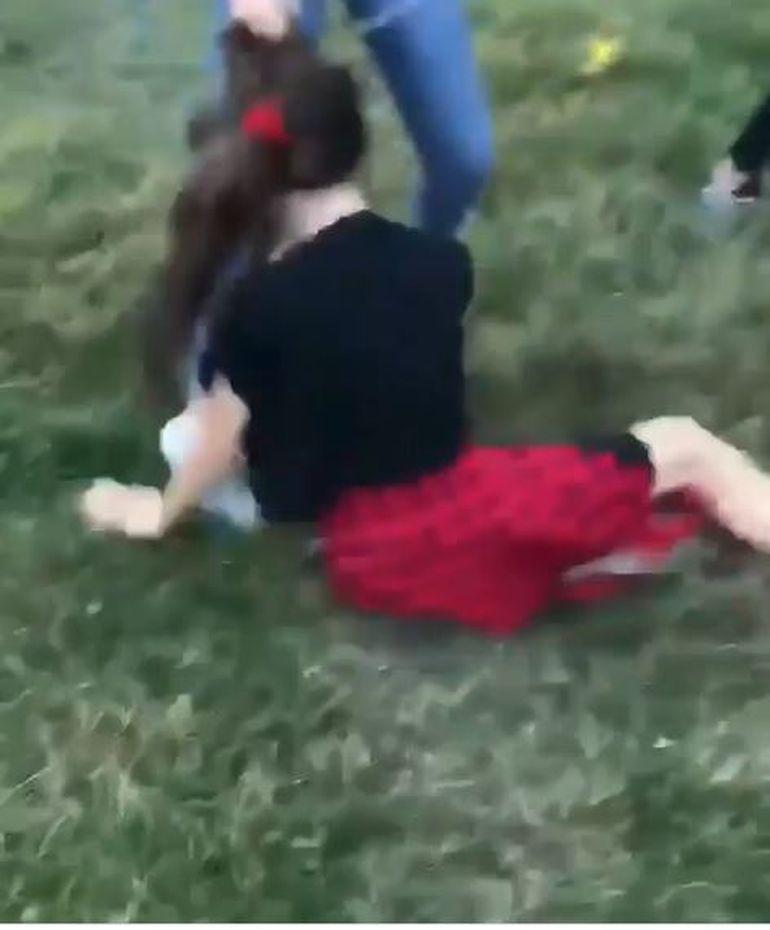 VIDEO CUTREMURĂTOR! O copilă de 13 ani a fost scuipată, lovită cu bestialitate și batjocorită de mai multe fete. Au șters cu ea de pământ. Atenție! Imagini cu puternic impact emoțional
