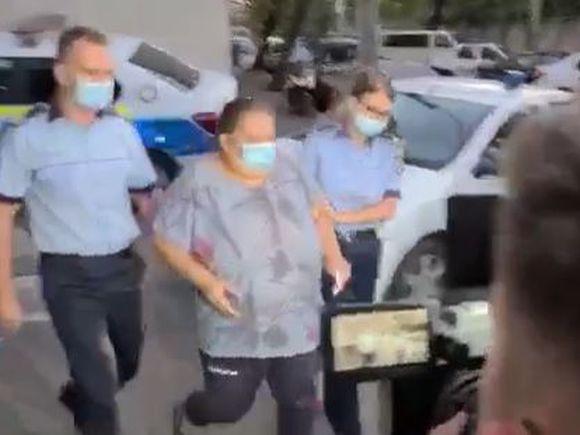 """VIDEO Primele imagini cu mama care și-a lovit fetița de 5 ani. Femeia a fost reținută de polițiști. Dezvăluirile halucinante ale concubinului ei: """"O teroriza. Aşa ceva nu am văzut niciodată"""""""