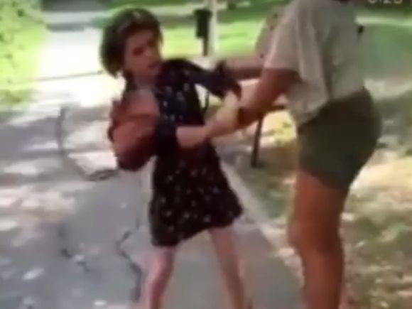O fetiță de opt ani din Motru este snopită în bătaie de altă fată cu trei ani mai mare! Polițiștii au luat măsuri și au deschis o anchetă. Imaginile sunt șocante!
