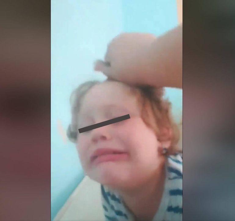 """Un nou video cu fetița de cinci ani bătută de mamă! Copila  era supusă la chinuri greu de imaginat: """"Monstrul din Giulești își bate sălbatic fetița! Pușcărie pe viață!"""""""