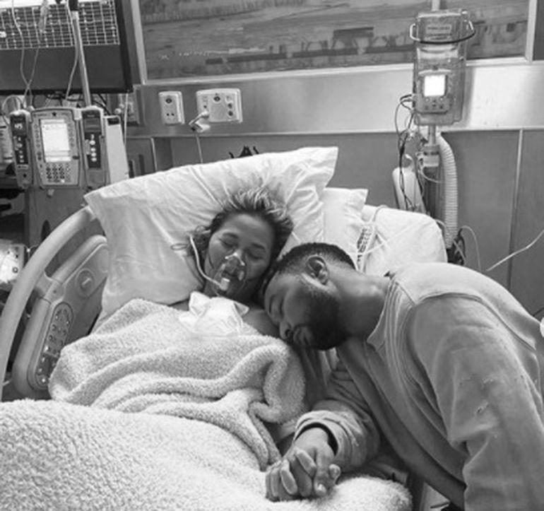 """Chrissy Teigen, soția lui John Legend, a pierdut sarcina: """"Vom plânge până vom rămâne lipsiți de lacrimi"""""""