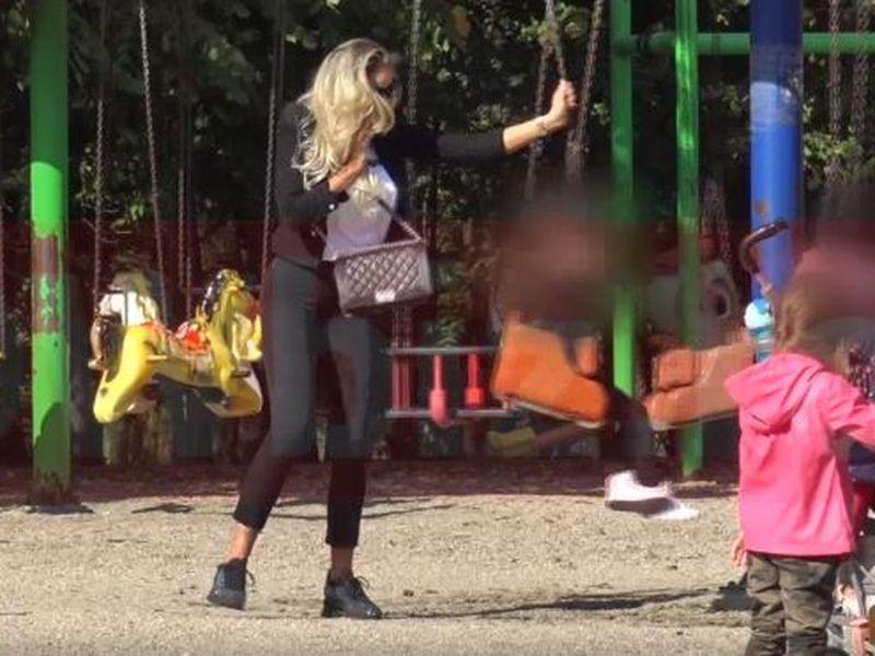 Bianca Drăgușanu, singură cu copiii în parc
