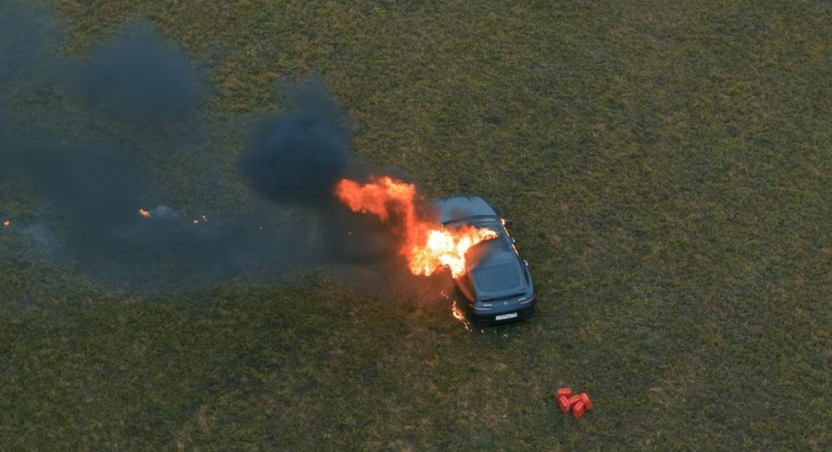 """Bloggerul și-a dat foc la mașină și a filmat totul: """"Nu sunt fericit.."""""""