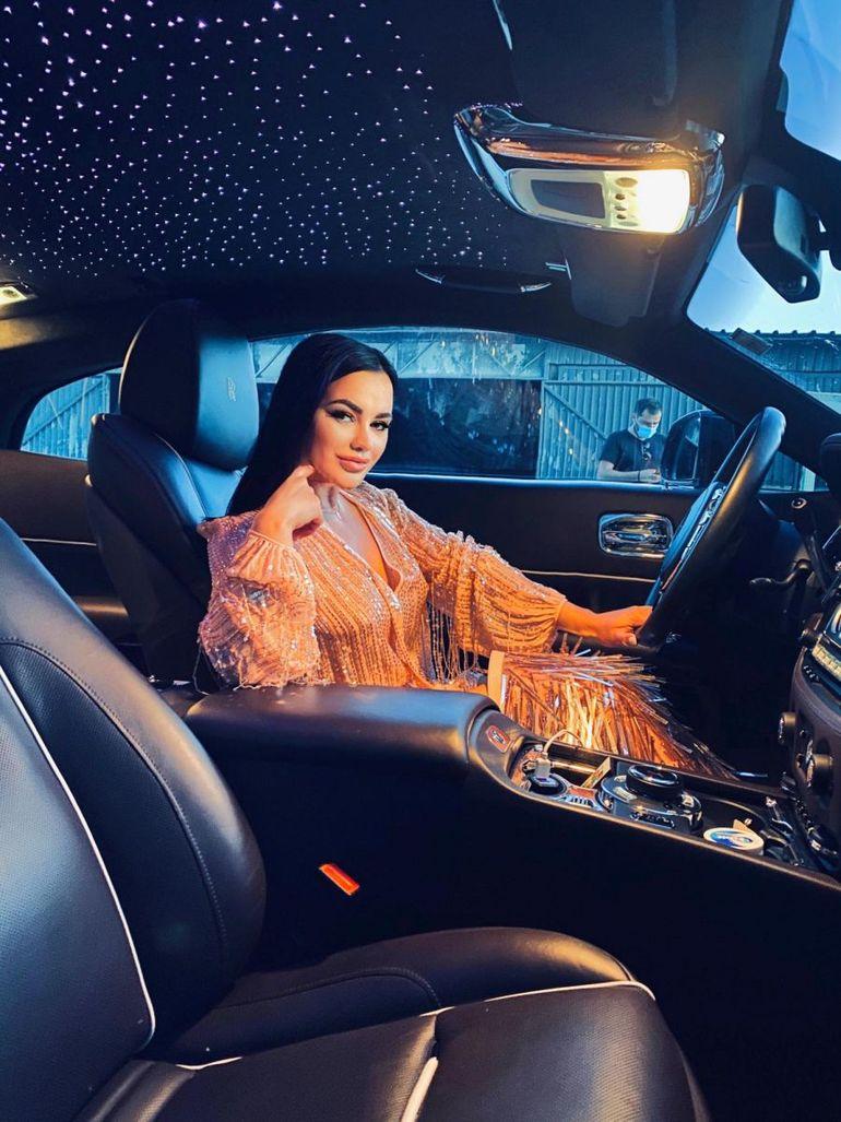 Carmen de la Sălciua, surprinsă în miez de noapte în mașina iubitului Biancăi Drăgușanu! Imaginile care au fost făcute publice și au scos-o din minți pe divă