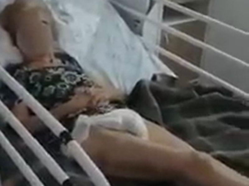 O bătrână de 92 de ani, bolnavă de coronavirus, legată de pat în spital și plină de fecale