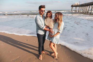Christina Perri alături de soțul ei și fiica lor, Carmella