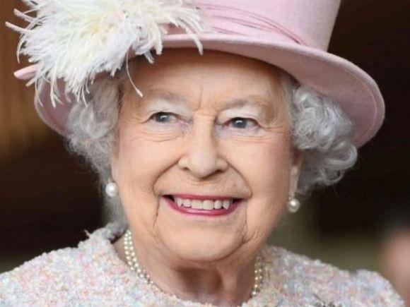 Românii din Marea Britanie i-au făcut o manea Reginei Elisabeta. Imaginile au devenit virale VIDEO