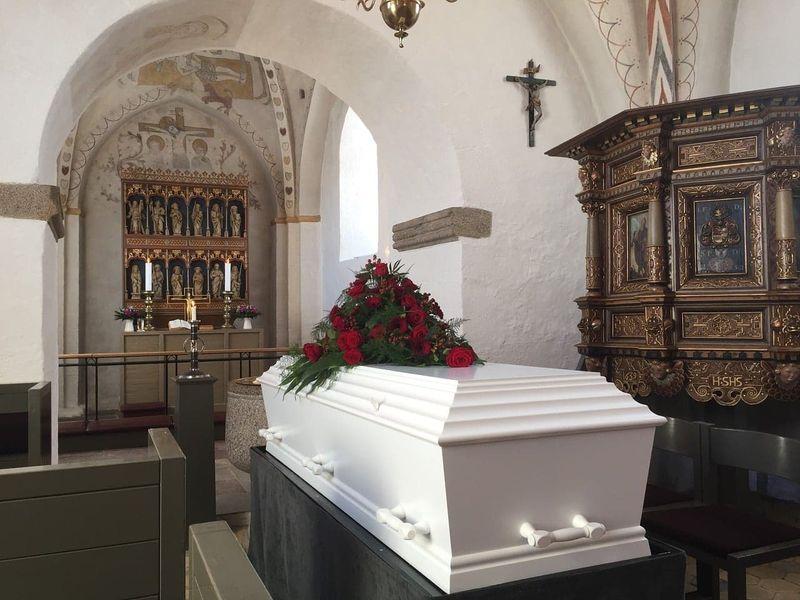 Bărbatul a fost luat cu tot cu sicriu din biserică
