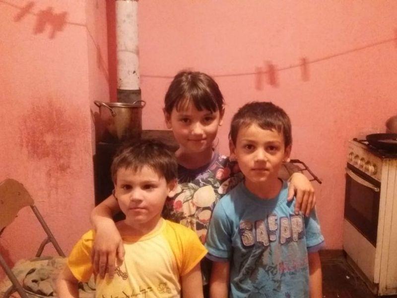 Cei trei copilași au nevoie de ajutor