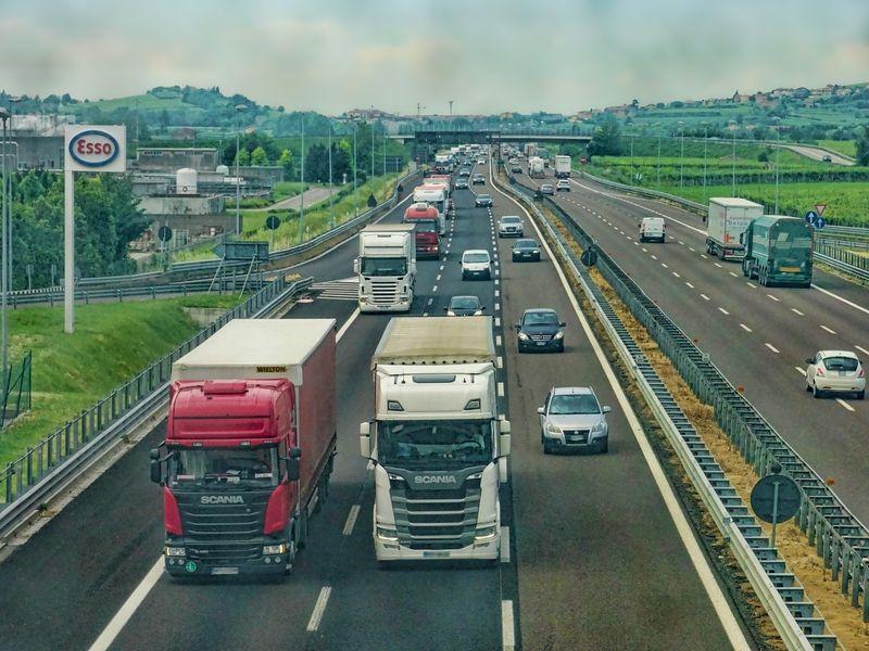 O șoferiță româncă de TIR, în vârstă de de 22 de ani, s-a ales cu o amendă colosală pe autostradă