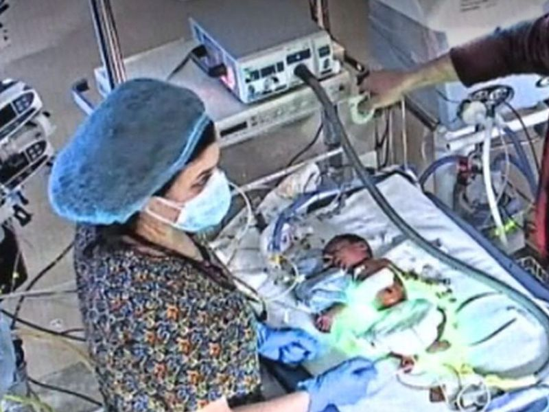 Bebelușul abandonat într-o pungă a supraviețuit