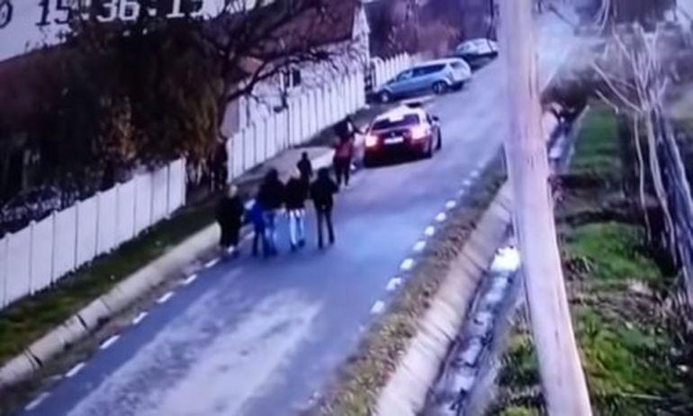 """O tânără din Dolj a fost răpită chiar sub privirile părinților ei: """"Lăsați-mi fata"""""""