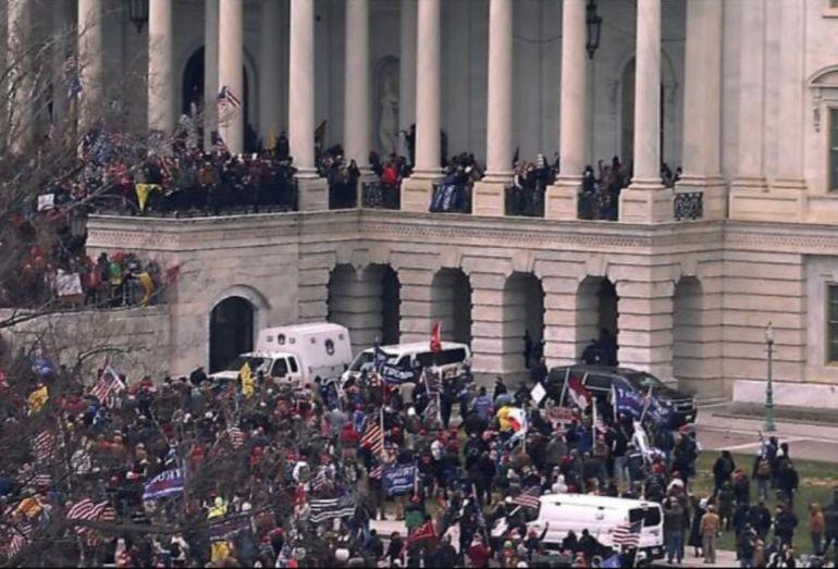 O femeia a fost împușcată mortal în timpul violențelor de la Capitoliu