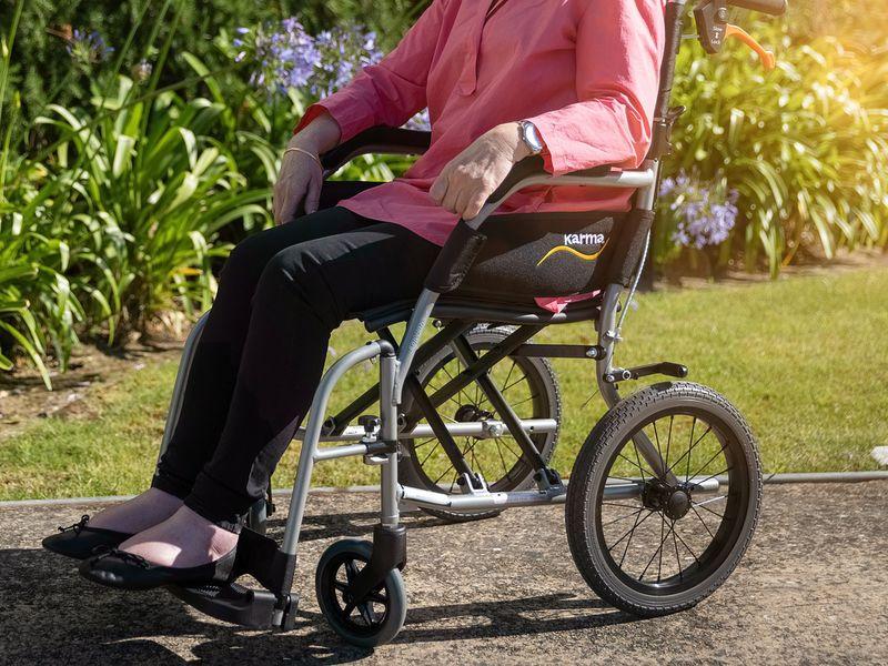 Femeia se afla în scaun cu rotile
