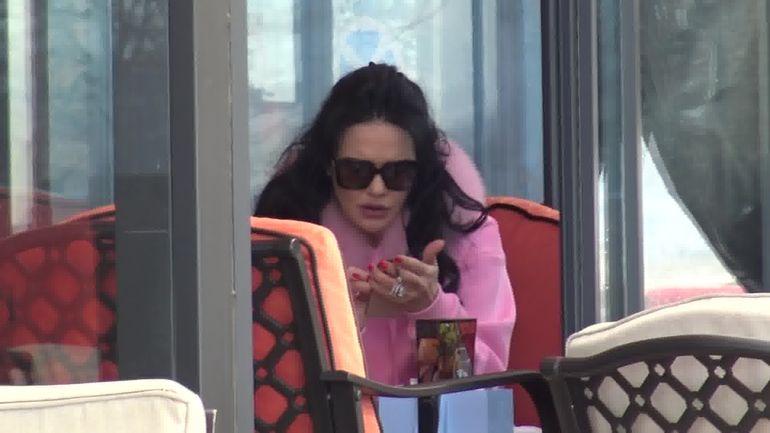 Ilie Năstase, nici acum nu ți-e frică să o lași singurică?  Ioana a iesit la o cafea și-o țigară la drumul mare! Video paparazzi