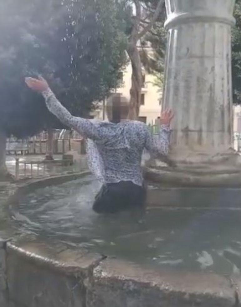 Român beat, arestat de carabinieri după ce a făcut baie într-o fântână arteziană și s-a dezbrăcat