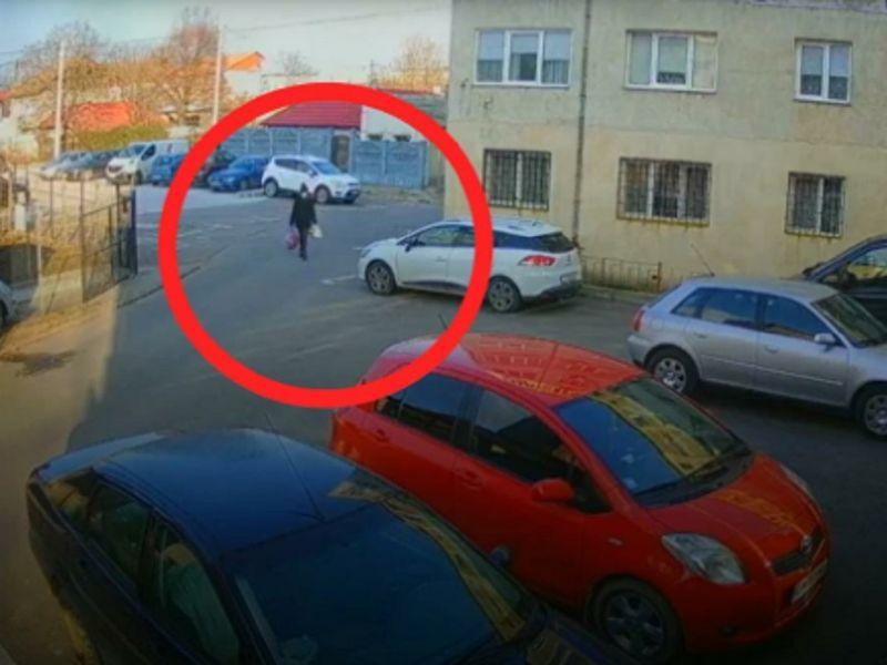 Femeia și-a aruncat gunoiul într-o parcare amenajată
