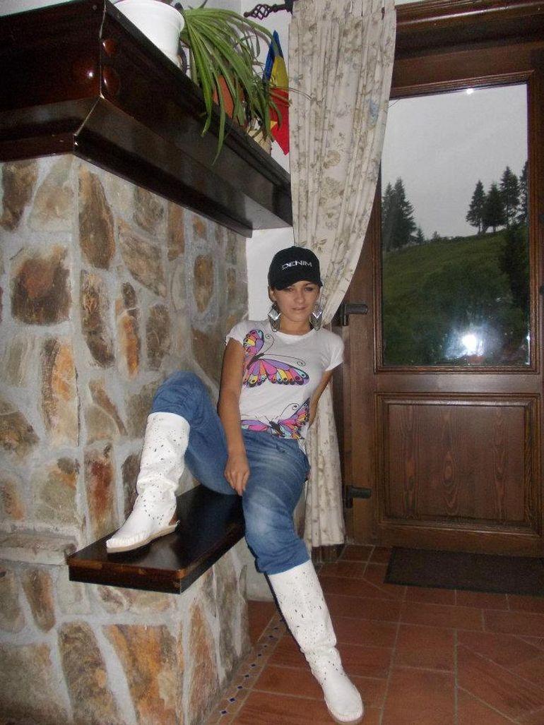 Fotografiile secrete ale interpretei Carmen de la Sălciua! Fata asta de la țară a ajuns super-divă și regină Youtube! Imagini în premieră