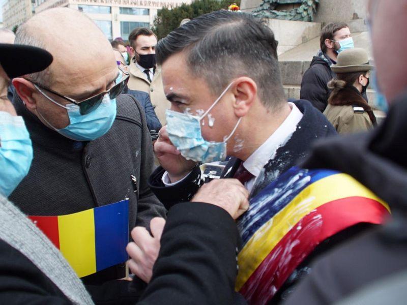 Primarul din Iași a fost stropit cu iaurt de un cetățean