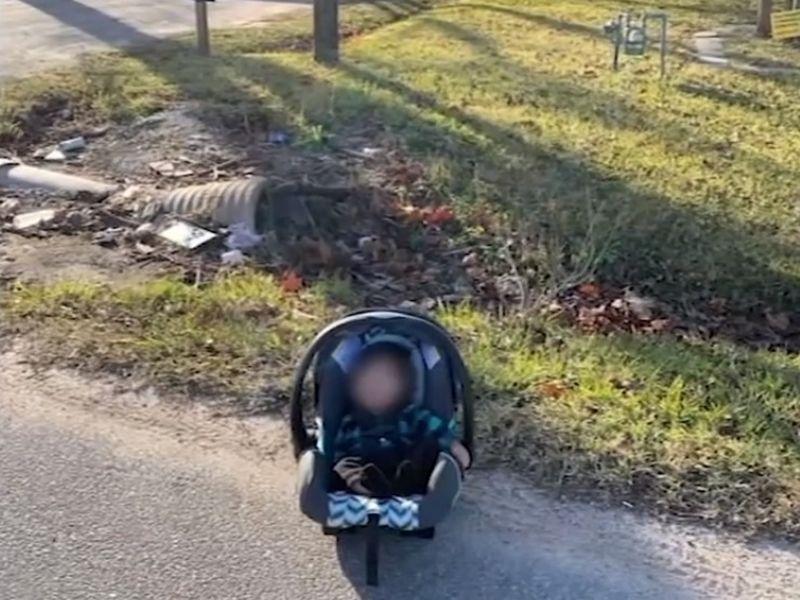 Copil abandonat într-un scaun de mașină, pe marginea drumului! Un curier a reușit să îl salveze