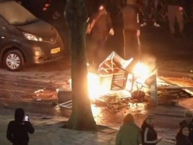 Protestatarii au incendiat mașini