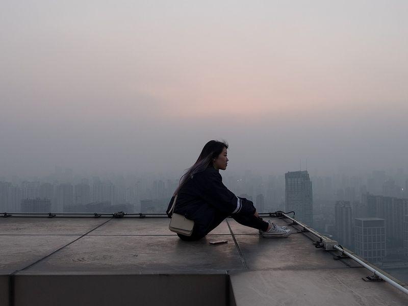 Adolescenta a încercat să se arunce pe acoperișul blocului