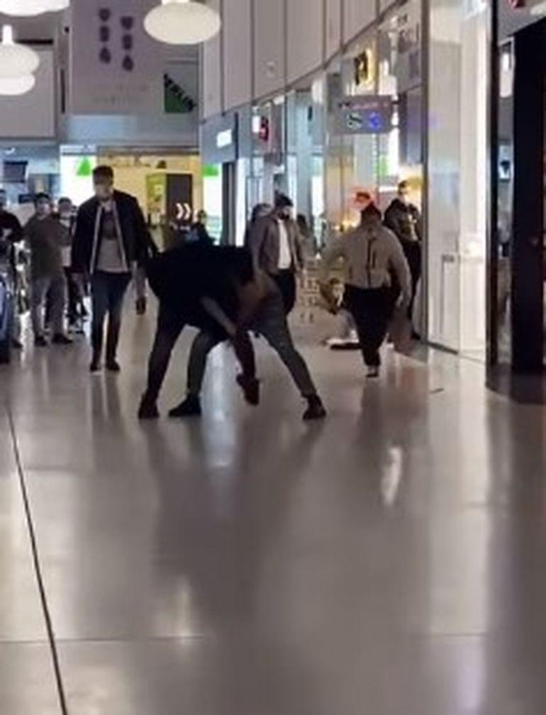 Bătaie ca-n filme într-un mall din Craiova! Mai mulți indivizi și-au împărțit pumni și picioare