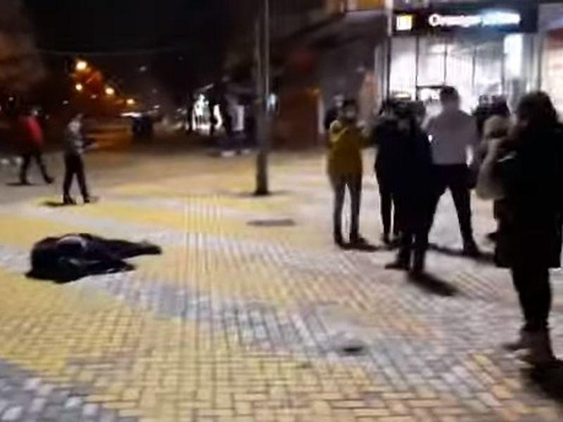 Bărbatul a zăcut întins pe jos preț de zeci de minute