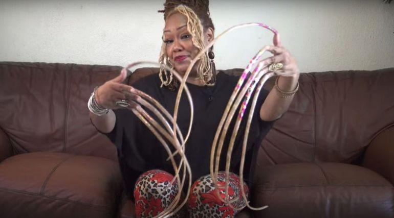 """Cum arată femeia care nu și-a mai tăiat unghiile de 25 de ani! """"Am zis să le las să crească câţiva centimetri, apoi şi mai mari şi...am ajuns aici"""""""