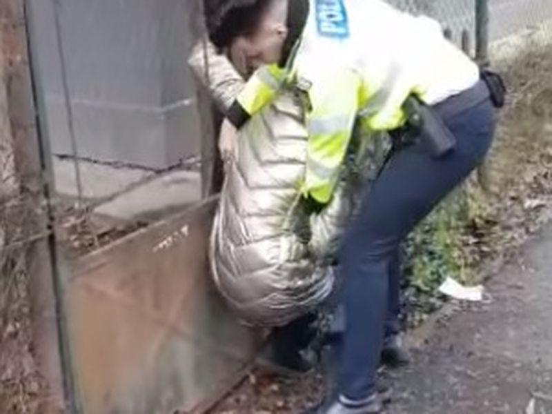 VIDEO| Momentul șocant în care o tânără însărcinată, care vindea ghiocei pe stradă, este bruscată și încătușată de un polițist!