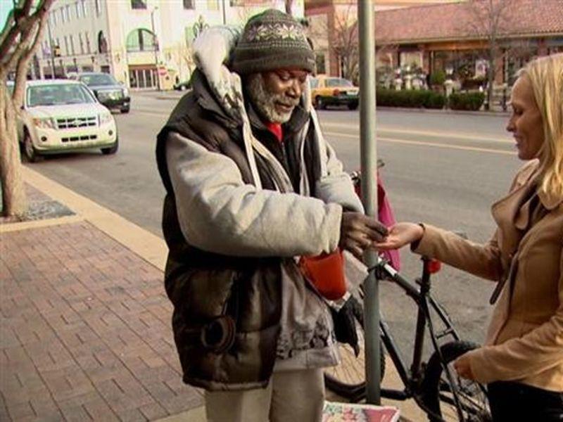 Incredibil cum i s-a schimbat viața unui om al străzii după ce a găsit un inel de 4.000 de dolari! Cerșetorul i-a dat bijuteria înapoi tinerei și a fost recompensat