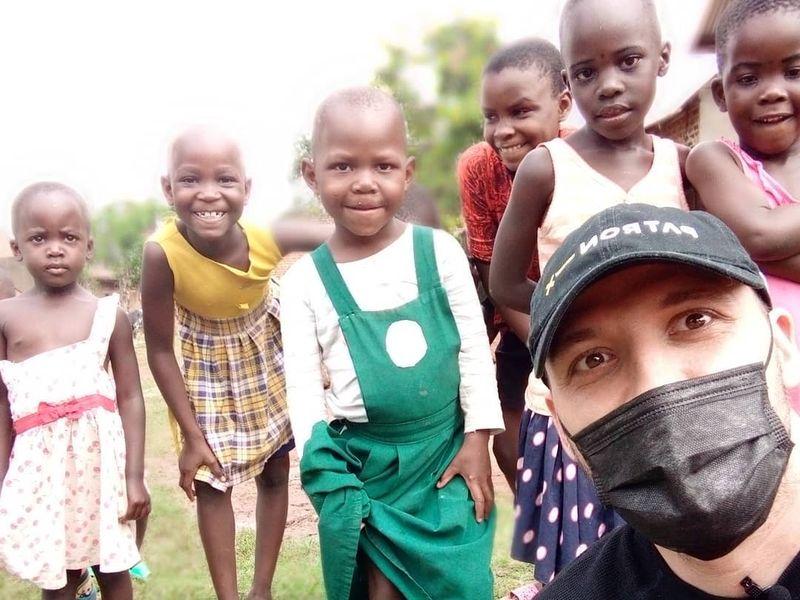 Ştefan Mandachi vrea să construiască o şcoală pentru copiii sărmani din Africa
