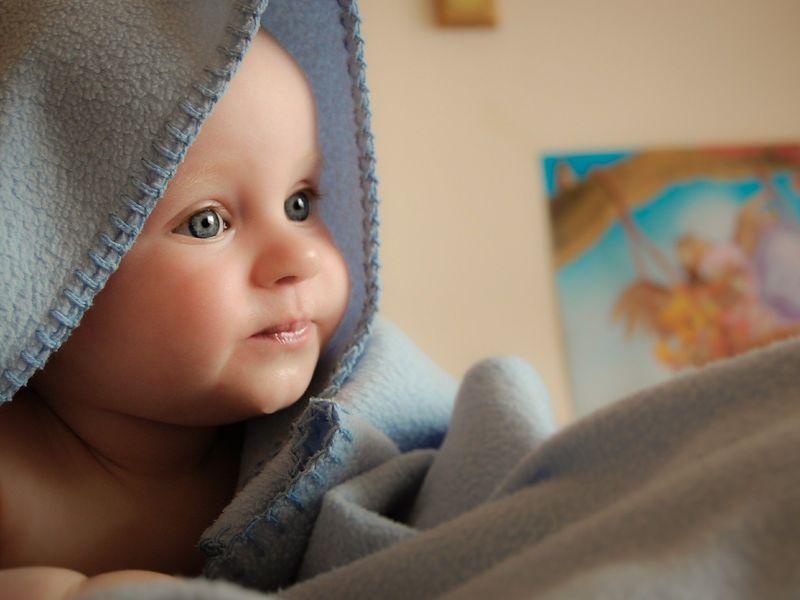 Un bebeluș de doar 5 zile a fost abandonat într-o scară de bloc din Vâlcea!