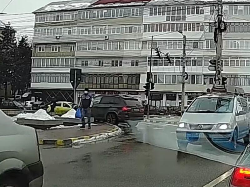 Manevre ilegale într-o intersecție extrem de circulată din Suceava