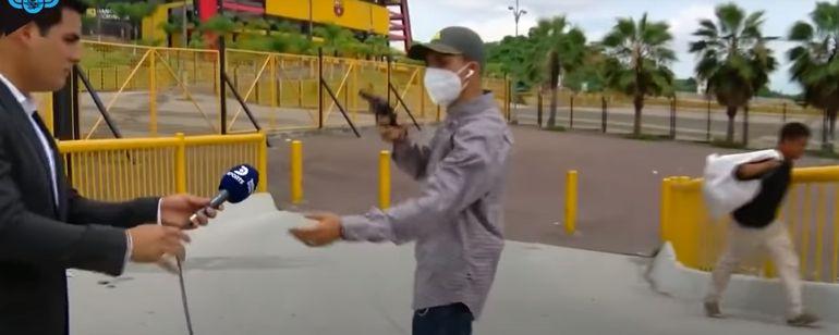 O scenă ireală a fost transmisă live! Jurnalist, jefuit de un hoț cu pistol în plină zi