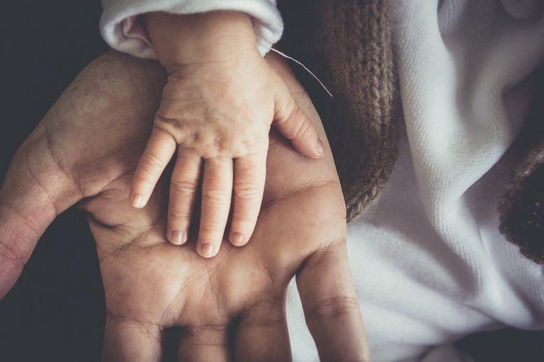 """Un copil de trei ani din Botoșani a murit în ambulanță! Tatăl micuțului face acuzații grave""""L-au luat viu și a ajuns mort!"""""""