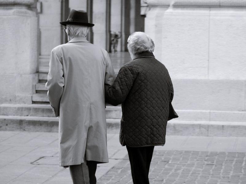 Sinucidere șocantă în Iași! Un bărbat de 91 de ani s-a sinucis, după ce și-a înmormântat soția