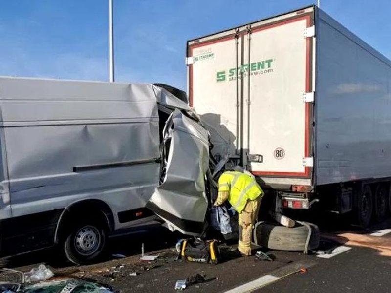 Un șofer român a fost aruncat din cabina dubei