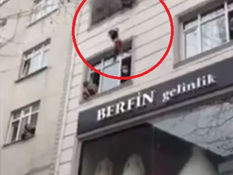 Imagini șocante! O mamă și-a aruncat copiii pe geam pentru a-i salva dintr-un incendiu