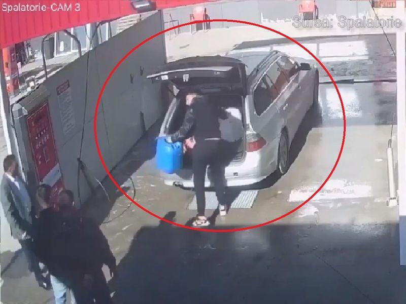 Tineri cu mașini de lux, surprinși de camerele de supraveghere în timp ce furau detergent de la o spălătorie auto