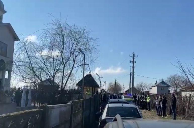 Ionuț Negrilă, polițistul mort în Piața Constituției, a fost condus pe ultimul drum. Omul legii, înmormântat acasă, la Caracal