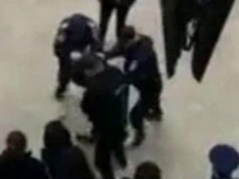 Bărbat încătușat la metrou Piața Unirii